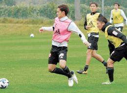 練習でボールを持つ相手に詰め寄る奥埜(右手前)と三田(左から2人目)