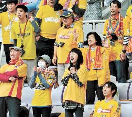 仙台のリーグ最終戦で応援するサポーター