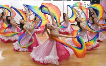 ベリーダンスの祭典へ向けて、本番で使う衣装を着て練習に励む「KEIKO DANCE SCHOOL」のメンバー