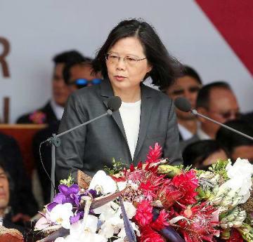 双十節祝賀式典で演説する台湾の蔡英文総統=10日、台北市の総統府前(中央通信社=共同)