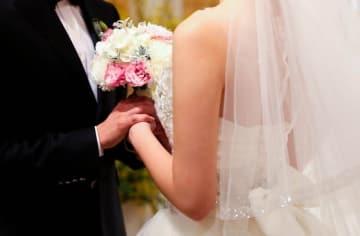 これから結婚式を挙げる人のために、ガイドが実際に経験したコストダウン策をご紹介します。会場側のセールストークに乗らず、様々な工夫をすれば、数十万円単位の節約も可能です。