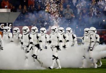 9日、米シカゴで行われたプロフットボールの試合のハーフタイムショーで行進するスター・ウォーズの「ストーム・トルーパー」(AP=共同)