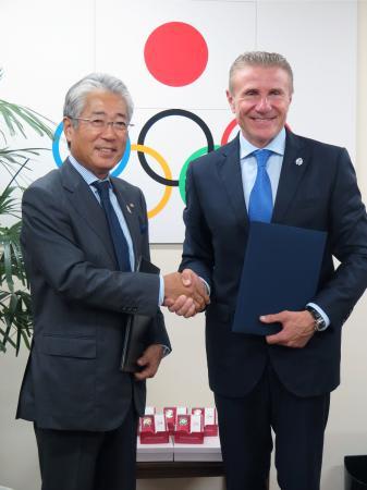 会談後、JOCの竹田会長(左)と握手するセルゲイ・ブブカ氏=11日、東京都内