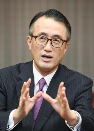 インタビューに答える三菱東京UFJ銀行の三毛兼承頭取