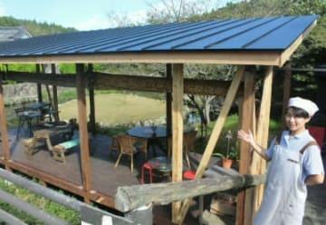 屋根付きテラスが完成した「カフェキブン」。店名は義理の母と祖母が大分市内で40年以上営んでいたおでん屋「紀文」の屋号から取った