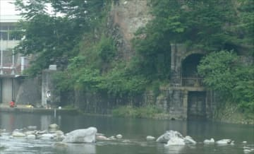当時の姿をとどめる第3次取水口。左は現在の取水施設=2004年、那須塩原市西岩崎