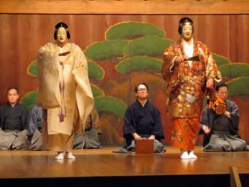 新作能「面影」の稽古。永謹さん演じる先妻の亡霊(左)と、後妻の姿が重なる(京都市上京区・金剛能楽堂)