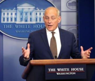 12日、ホワイトハウスで記者会見するケリー米大統領首席補佐官=ワシントン(共同)