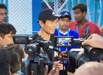 ニューカレドニア戦を前に、地元メディアの取材に応じるサッカーU―17日本代表の森山監督=コルカタ(共同)