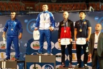 銅メダル獲得の伊東克佳さん(右端=フィギュアフォークラブ)