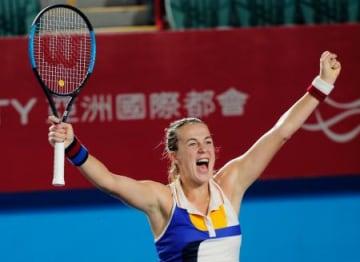 香港オープンテニスのシングルスで優勝し喜ぶアナスタシア・パブリュチェンコワ=香港(AP=共同)