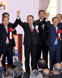 国会答弁を巡る逆風を浴び、てこ入れに駆け付けた二階幹事長(前列左)、菅官房長官(同右)の間に立つ金田候補=大館市