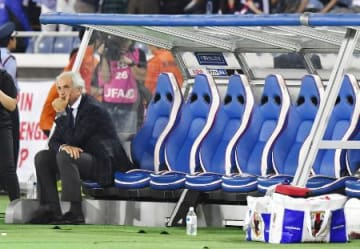 国際親善試合でハイチと引き分け、ベンチに座り込む日本代表のハリルホジッチ監督=10日、日産スタジアム