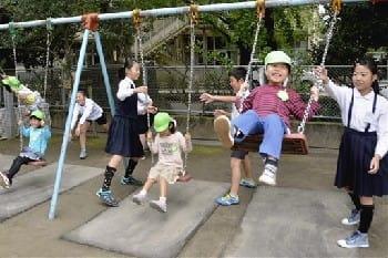 園児と5年生、楽しく交流 向山幼稚園と向山小