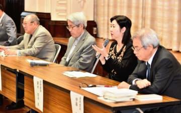 会見で受賞理由などについて説明する選考委員=18日午前、県庁講堂