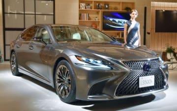 高級車ブランド「レクサス」の最上級セダン「LS500h」=19日午後、東京都内