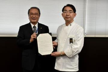 小林市の肥後市長から委嘱状を受け取る地井さん(右)