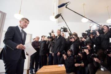 20日、チェコの首都プラハで投票する「ANO2011」の党首、バビシュ前財務相(左)(ゲッティ=共同)