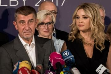21日、チェコ首都プラハで記者会見するアンドレイ・バビシュ氏(左)(ゲッティ=共同)