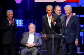 米テキサス州で開かれた災害支援のチャリティーコンサートに結集した歴代大統領5人。左からカーター、ブッシュ(父)、オバマ、ブッシュ(子)、クリントンの各氏。(ロイター=共同)