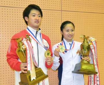 個人で初優勝を果たした岸大貴(左)と姉の彩乃=小林市市民体育館