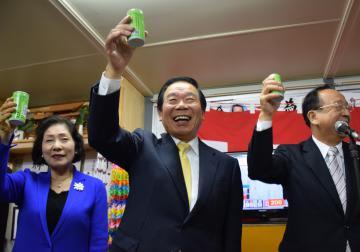 12回目の当選を決め、笑顔で支援者らと乾杯する額賀福志郎氏(中央)=22日午後8時半、行方市麻生の選挙事務所