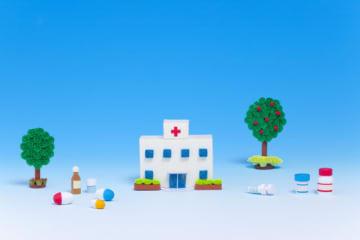 医療保険や生命保険には「保険料払込免除特約」を付けられる商品があります。特定疾病など所定の条件に当てはまると、それ以後の保険料の払い込みが免除される特約ですが、その分、支払う保険料は高くなります。
