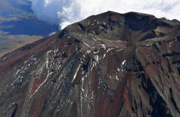 初冠雪した富士山の山頂付近=23日午前(共同通信社ヘリから)