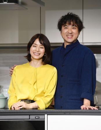 パナソニックの新製品発表会に登場したムロツヨシ(右)と石田ゆり子=東京都内