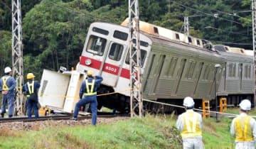 トラックと衝突して傾いた長野電鉄の車両=24日午前10時1分、長野県中野市