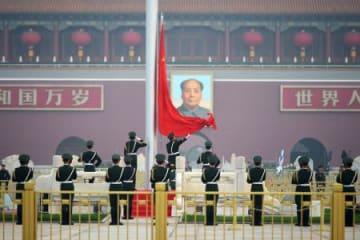 天安門広場で掲揚される中国国旗=25日、北京(共同)