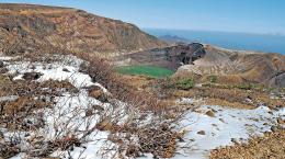 うっすらと雪が積もったお釜周辺=24日午前11時30分ごろ、蔵王連峰