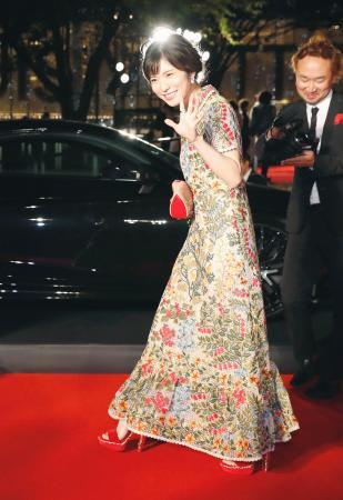 東京国際映画祭が開幕し、レッドカーペットを歩く松岡茉優さん=25日午後、東京・六本木