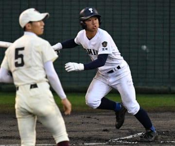 【準決勝・富島-東筑(福岡)】8回裏2死一、三塁、勝ち越しの適時二塁打を放つ富島の中川主将
