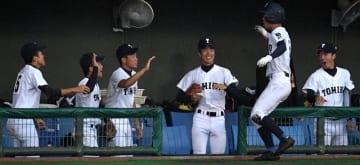 8回裏に6-5と勝ち越し、喜びに沸く富島ナイン=27日午後、宮崎市・KIRISHIMAサンマリンスタジアム宮崎