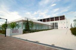 須磨学園と業務提携した夙川学院の校舎=神戸市中央区港島1(夙川学院提供)