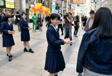   熊本城マラソンのPRでヒマワリの種を配る熊本農業高の生徒たち=熊本市中央区
