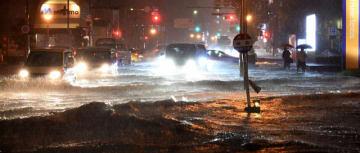 大雨で冠水した道路=28日午後6時35分、宮崎市瀬頭2丁目