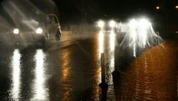 強い雨が降る宮崎市内を走る車=28日夜