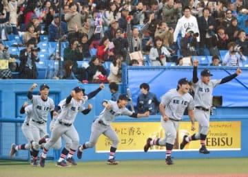 東京六大学野球リーグで優勝し喜ぶ岩見(右から2人目)ら慶大ナイン=神宮