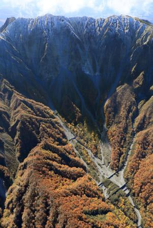 初冠雪が確認された国立公園・大山=31日午前、鳥取県大山町(共同通信社ヘリから)