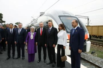 開通式典が行われたアゼルバイジャンの首都バクーで、記念撮影に応じるトルコのエルドアン大統領(右から4人目)ら=10月30日(ゲッティ=共同)