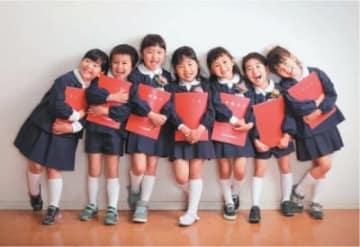 富士フイルム営業写真コンテストで、仲良し園児7人を撮影し銅賞に輝いた内田尚吾さんの作品「フレンズ」