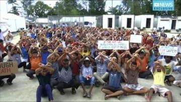 パプアニューギニア・マヌス島で、施設の閉鎖方針に抗議する収容者らの映像=31日(オーストラリア放送協会提供・AP=共同)