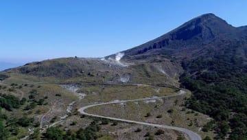 噴火警戒レベルが「1」に引き下げられた硫黄山。午後2時の規制解除に伴い県道では車の通行も再開された=31日正午、えびの市・えびの高原