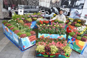 宮崎市立小・中学校用務員部会が同市の宮崎山形屋四季ふれあいモールに設置した花壇