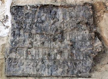 ウズベキスタンで出土したゾロアスター教関連の板絵。最上段に女神、下段にハープに似た弦楽器や琵琶とみられる楽器を奏でる楽隊が浮き彫りされている(帝塚山大提供)