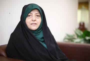 2日、テヘランでインタビューに答えるイランのエブテカール副大統領(共同)
