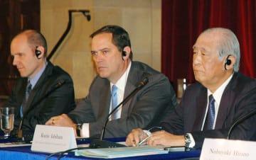 日米財界人会議後、記者会見する米日経済協議会のチャック・ロビンス会長(中央)ら=3日、ワシントン(共同)