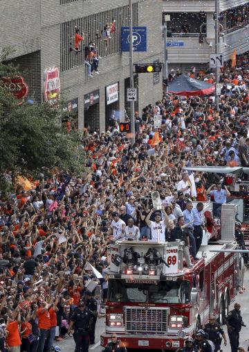 アストロズの優勝パレードと沿道で手を振るファンたち=3日、ヒューストン(AP=共同)